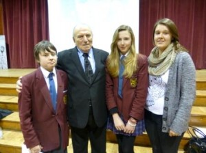 Holocaust survivor Leslie Kleinman with students